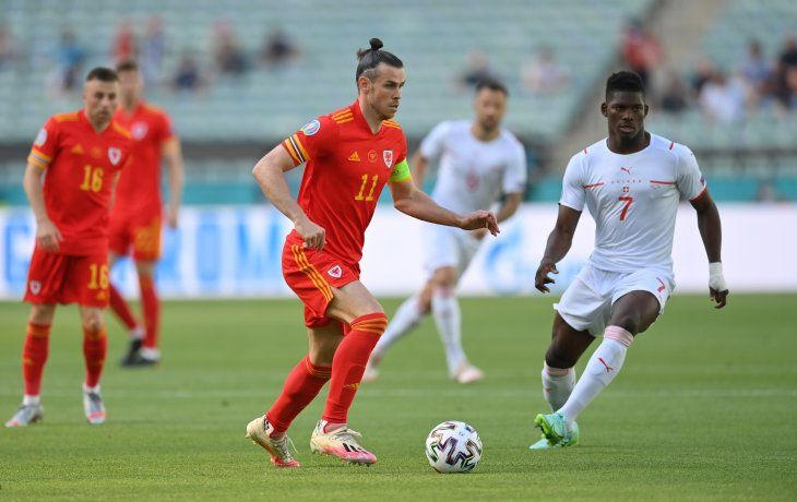 Gareth Bale encara en un partido de Gales ante Suiza.