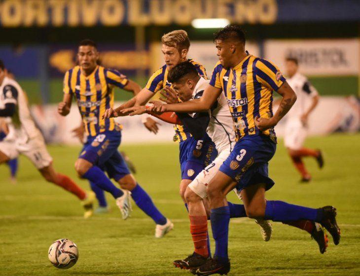 Jugadores de Sportivo Luqueño y Cerro Porteño se disputan el balón.