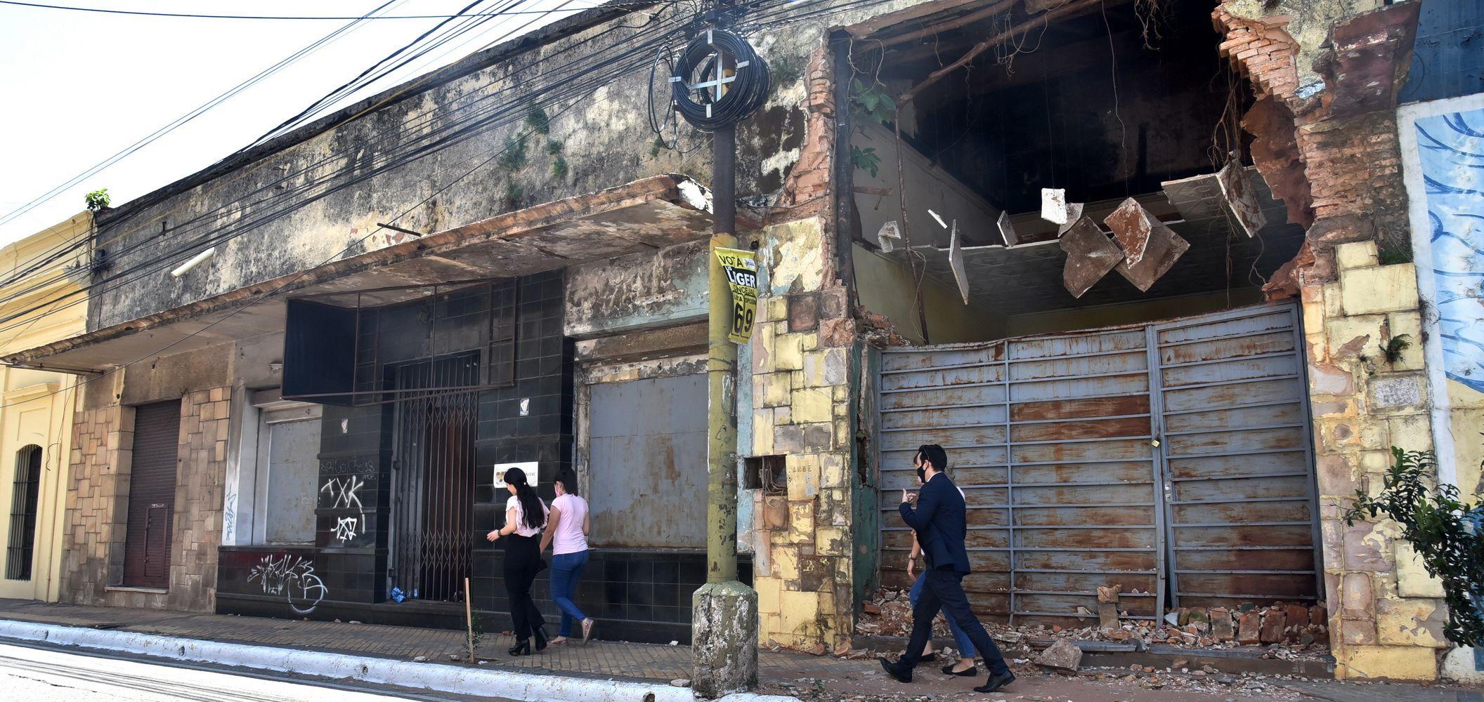Riesgo. En Presidente Franco e Independencia Nacional se encuentra un edificio abandonado, donde anteriormente funcionaba un gimnasio; en el sitio ya se produjo un gran derrumbe.