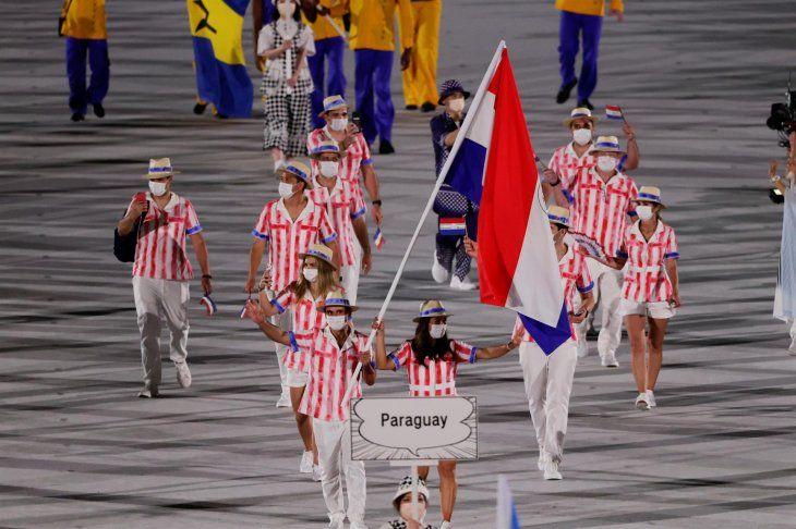 Representantes de la delegación de Paraguay desfilan durante la ceremonia inaugural de los Juegos Olímpicos de Tokio 2020