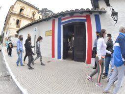 En conmemoración de los 210 años de independencia, en la ciudad de Asunción se sienten los festejos patrios con calles peatonales, recorridos por el casco histórico y bares al aire libre.