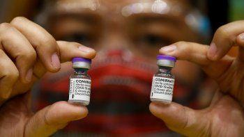 En un comunicado, ambas compañías expresaron su creencia de que una tercera inyección de su actual vacuna, que requiere dos dosis, tiene el potencial de mantener los niveles más elevados de protección contra todas la variantes actuales, incluida la delta.