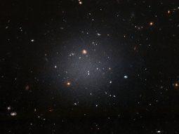Las galaxias sin materia oscura son imposibles de entender en la teoría actual de formación de galaxias, ya que su papel es fundamental para producir el colapso de gas que forma las estrellas.