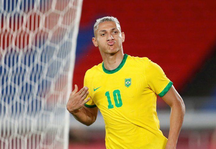 Richarlison festeja uno de sus goles para Brasil.