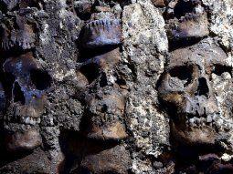 Arqueólogos mexicanos localizaron en el centro de la Ciudad de México el  extremo este y la fachada externa del Huei Tzompantli, una torre  circular de cráneos humanos dedicada al dios mexica Huitzilopochtli en  la antigua ciudad de México-Tenochtitlan, informó este viernes el  Instituto Nacional de Antropología e Historia (INAH).