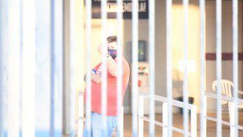 Un supuesto barrabrava que estaba dentro de las instalaciones del club Cerro Porteño, durante el amistoso entre el Ciclón y Guaraní, intentó arrebatarle su cámara al reportero gráfico de Última Hora y D10, Daniel Duarte.