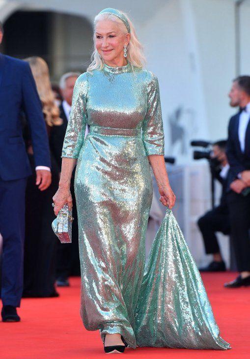 Legendaria. Helen Mirren acudió bañada en lentejuelas color turquesa con un diseño de cuello redondo