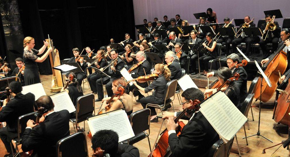 La Orquesta Sinfónica de la Ciudad de Asunción realizó el jueves un concierto en homenaje a Carlos Lara Bareiro en el Teatro Municipal. Foto: Andrés Catalán