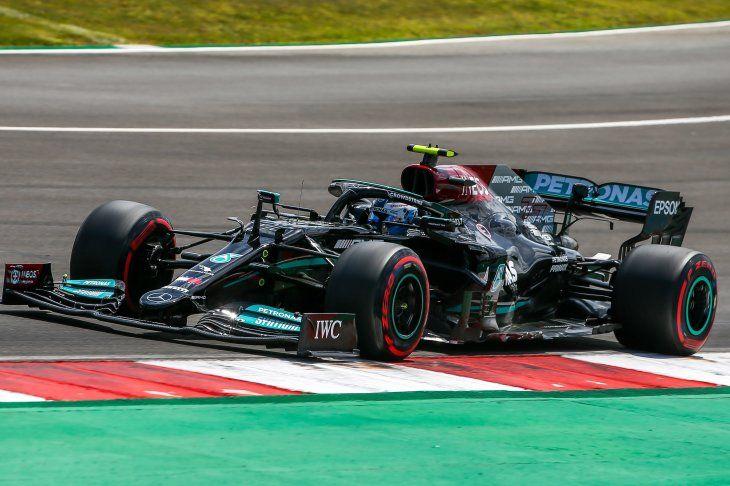 El finlandés Valtteri Bottas saldrá primero este domingo en el Gran Premio de Portugal de Fórmula Uno. Lewis Hamilton no pudo firmar su pole número 100 en la categoría reina.