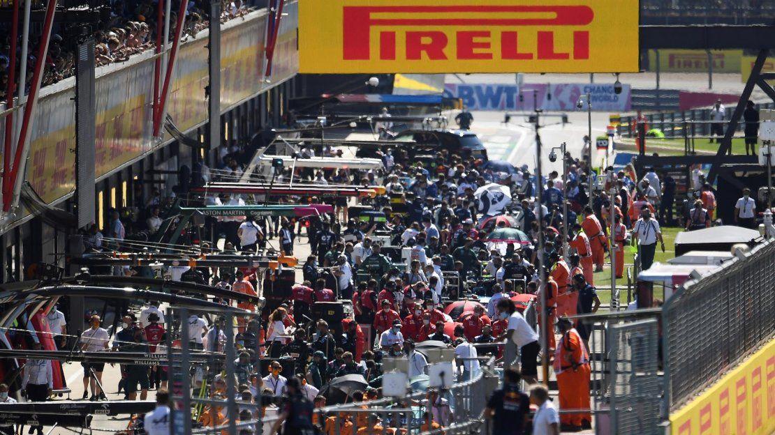 Los coches se alinean en el pit lane tras un accidente durante el Gran Premio de Fórmula 1 de Gran Bretaña en el circuito de Silverstone