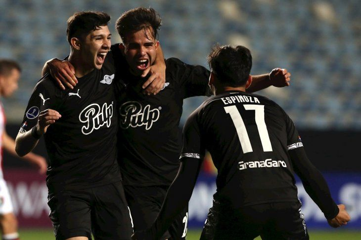Julio Enciso (izquierda) celebra el segundo gol de Libertad con Hugo Martínez y Matías Espinoza.