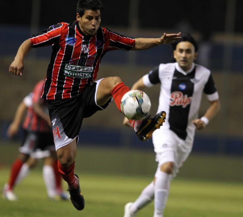 Juan Alemán controla el balón ante la marca de Osmar Molinas. Foto: EFE.
