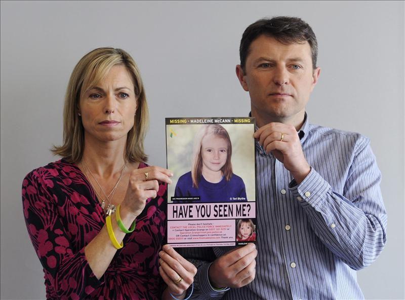 Fotografía de archivo que muestra a Kate (i) y Gerry McCann (d) sosteniendo una fotografía procesada por la Policía que muestra el rostro de la que podría ser la pequeña Madeleine cinco años después de su desaparición. Foto: EFE/Archivo