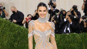 Deslumbrante. La modelo y empresaria Kendall Jenner lució un vestido completamente transparente, diseño de Givenchy. Se trata de un traje sobre un body en color piel con apliques de cristal en forma de estrellas y plantas.