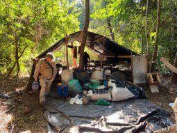 Los agentes de la Secretaría Nacional Antidrogas (Senad) allanaron la estancia Amambay, en donde destruyeron 350 bolsas de marihuana picada, totalizando siete toneladas de la hierba distribuidas en seis depósitos.