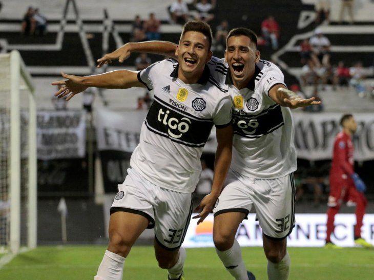 Alegría máxima. Jorge Colmán abraza a Guillermo Paiva en el festejo del segundo tanto de Olimpia frente a Sol.