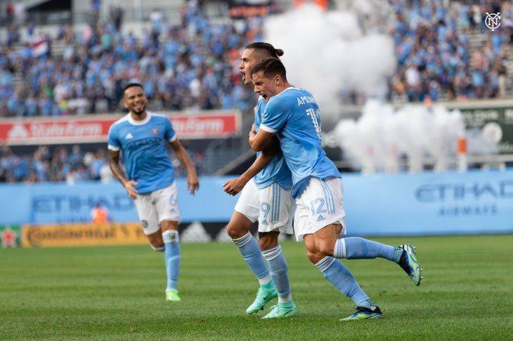 Compañeros de Jesús Medina corren para abrazarle tras marcar un golazo.