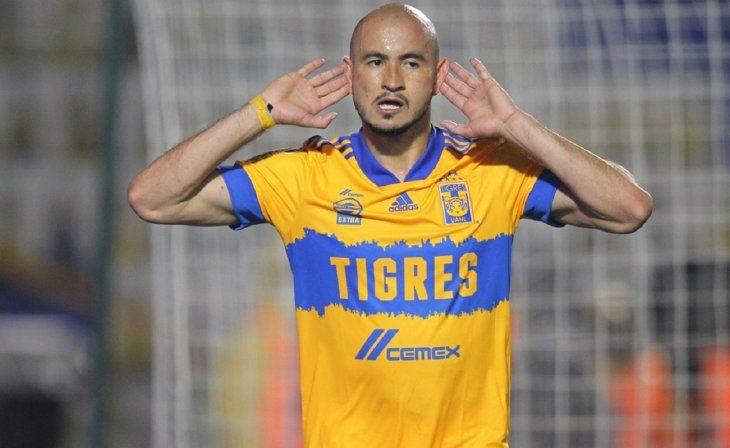 Carlos González festeja un gol para Tigres.