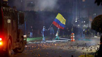 En las principales ciudades de Colombia se realizaron masivas concentraciones y marchas este sábado para exigir al mandatario colombiano, que retire el proyecto de reforma fiscal. Las protestas ocurren desde hace tres días justo cuando el país enfrenta el tercer pico de la pandemia por Covid-19.