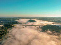 Espectáculo. El vapor apenas dejaba ver el Puente de la Amistad y la Isla Acaray, mientras se observa a Ciudad del Este y Foz de Yguazú unidas por la pasarela.