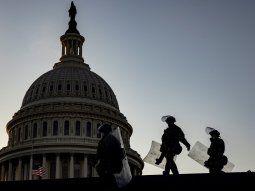Soldados de la Guardia Nacional con escudos antidisturbios se dirigen al Centro de Visitantes del Capitolio después de ser desplegados para asegurar los terrenos alrededor del edificio del Capitolio de EEUU.