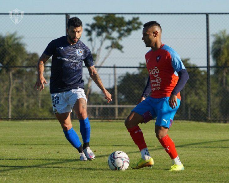 Mateus Goncalves de Cerro Porteño contra el balón ante la marca de un jugador de Sol de América.