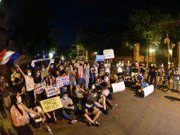 Los manifestantes se congregaron frente a la vivienda del ex presidente de la República Horacio Cartes, en donde cerraron la avenida España y realizaron una sentata.