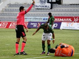 Jorge Joaquín Puchetano aguantó las ganas de orinar, lo hizo detrás de una valla publicitaria y fue expulsado por el árbitro Roberto Sánchez a falta de dos minutos para que concluyera el partido.