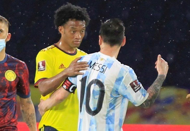 Jugadores de Colombia y Argentina se saludan tras el final del partido.