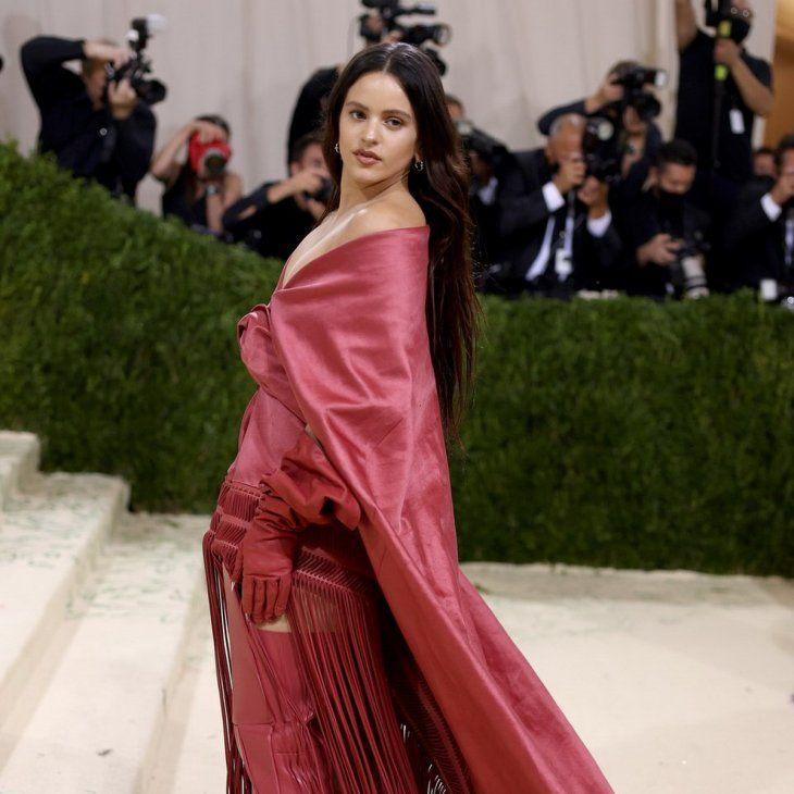 Con flecos. Rosalía con un vestido inspirado en un mantón de manila