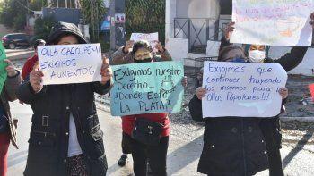 Pobladores del Bañado Sur de Asunción se manifiestan este martes y exigen al Gobierno que los siga abasteciendo de insumos para seguir con las ollas populares.