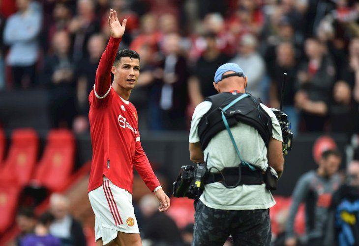 Cristiano Ronaldo saluda al público en Old Trafford.