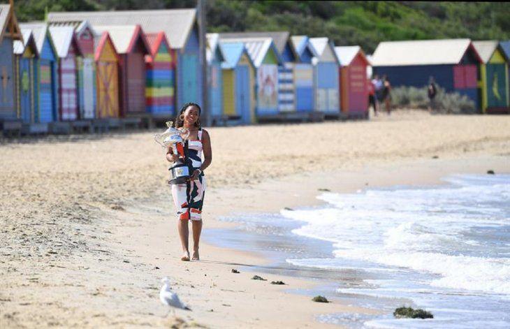 Naomi Osaka posa con el trofeo en la playa de Brighton en Melbourne