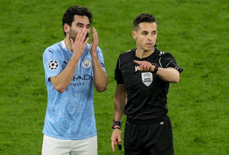 Ilkay Gundogan reclama al árbitro en un partido del Manchester City.
