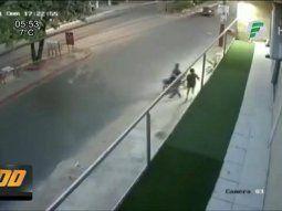 El hecho ocurrió durante la tarde de este domingo cuando dos delincuentes, a bordo de una motocicleta, intentaron asaltar a una joven que se encontraba caminando en Lambaré.