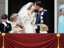 Ante una multitud exultante y 750 millones de telespectadores, el príncipe Carlos, hijo mayor de la reina Isabel II, se casa con la tímida Diana Spencer. Una boda del siglo que terminó en tragedia.