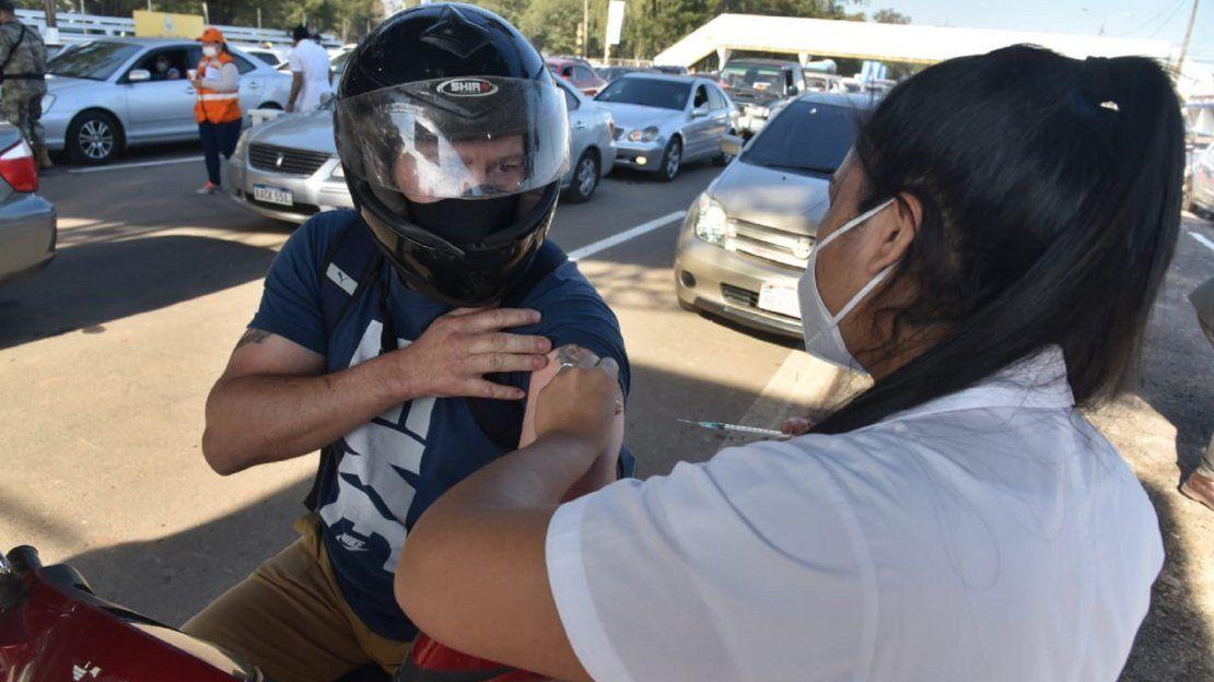 La modalidad de vacunación en el autódromo Rubén Dumot es exclusivamente autovac. Un hombre se acercó en su motocicleta para poder recibir la vacuna anti-Covid.