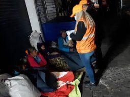 La Secretaría de Emergencia Nacional asistió con colchones y frazadas a 80 personas en situación de calle, en el marco del Operativo Ñeñua, de protección por las bajas temperaturas.