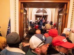 Simpatizantes del presidente de Estados Unidos, Donald J. Trump, frente a la puerta de la Cámara de Representantes después de violar la seguridad del Capitolio.