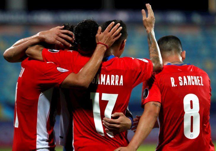 Jugadores de la Albirroja celebran un gol ante Bolivia.