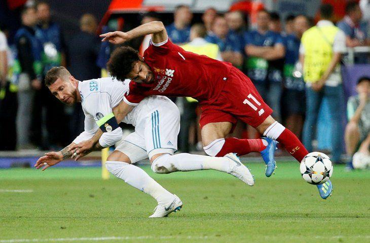 Momento justo en Ramos lesiona a Salah.