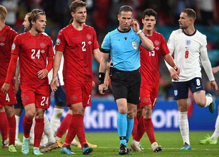 El colegiado alemán Danny Makkelie consulta con los asistentes del VAR el penalti a favor de la selección inglesa contra Dinamarca durante el encuentro correspondiente a la segunda semifinal de la Eurocopa.