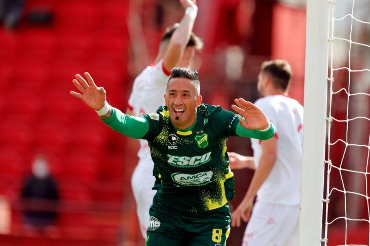 Lucas Barrios celebra un gol con Defensa y Justicia.