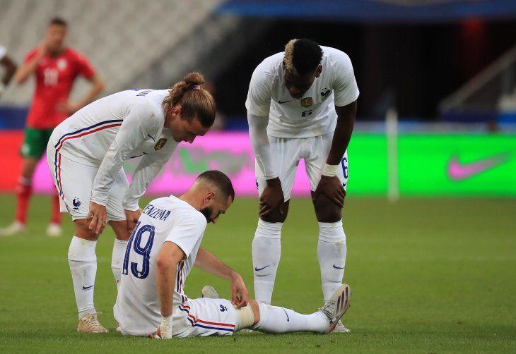 Benzema lesionado ante el consuelo de Griezmann y Paul Pogba.