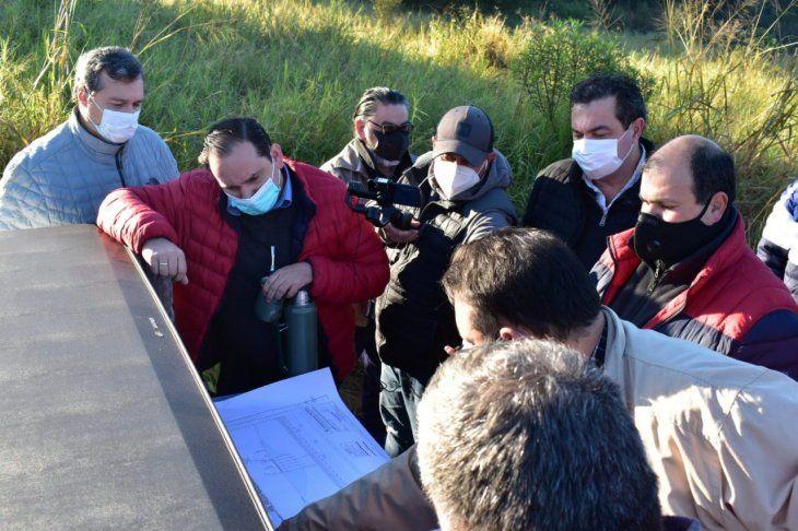 Autoridades municipales y técnicos de la Entidad Binacional Yacyretá (EBY) verificaron las zonas que serán afectadas por las intervenciones del ferrocarril.