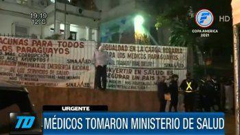 Los médicos cerraron la calle sobre la avenida Silvio Pettirossi, frente al Ministerio de Salud. En el lugar hay un fuerte dispositivo de la Policía Nacional.