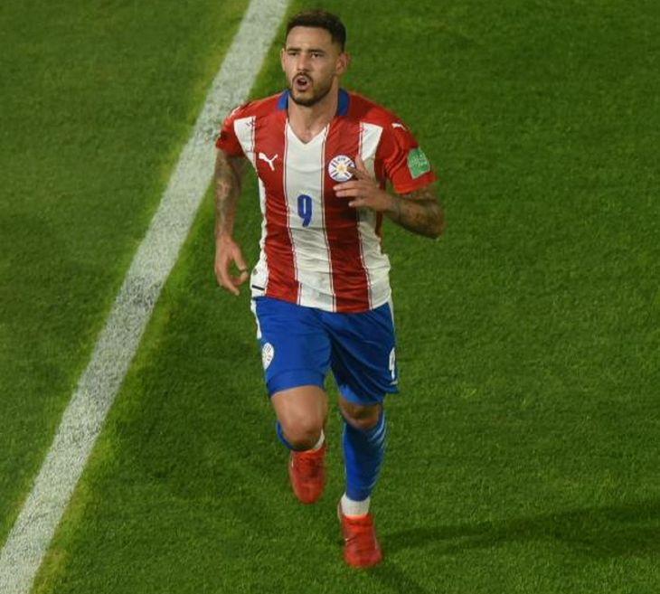 Antonio Sanabria celebra un gol de Paraguay.