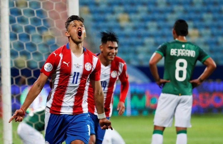 Ángel Romero celebra un gol de Paraguay.