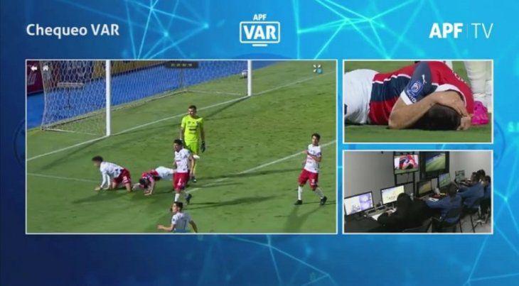 El VAR analizó la jugada y determinó que no fue penal.