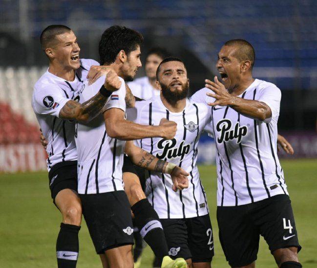 Jugadores de Libertad celebran un gol marcado ante Católica.
